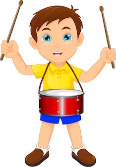 Junge marschiert mit einer trommel