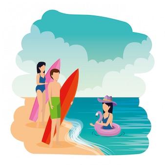 Junge menschen mit badeanzug und surfbrett am strand
