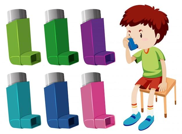Junge mit asthma mit verschiedenen asthmainhalatoren