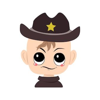 Junge mit emotionen von verdächtigen unzufriedenen augen in sheriff-hut mit gelbem stern süßes kind mit ärger...