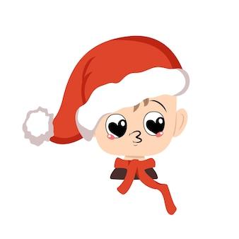 Junge mit großen herzaugen und kusslippen in der roten weihnachtsmannmütze. nettes kind mit liebevollem gesicht im karnevalskostüm für neujahr, weihnachten und urlaub. kopf eines entzückenden kindes