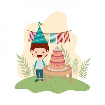 Junge mit partyhut in der geburtstagsfeier