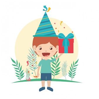 Junge mit partyhut und geschenkbox in der geburtstagsfeier