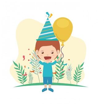 Junge mit partyhut und heliumballon in der geburtstagsfeier