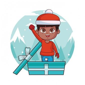 Junge mit winterkleidung innerhalb der geschenkbox