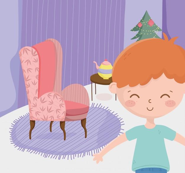 Junge mit wohnzimmerfeier der frohen weihnachten des sofatabellenteekannenbaums