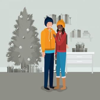 Junge paare mit kieferweihnachten innerhalb des hauses