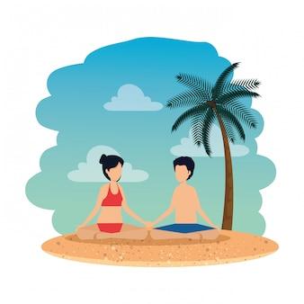 Junge paare mit übendem yoga des badeanzugs auf dem strand