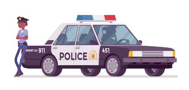 Junge polizeibeamtin, die nahe autofahne steht