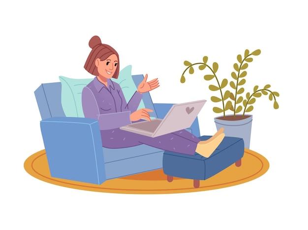 Junge pyjamafrau, die am laptop arbeitet.