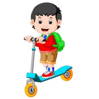 Junge spielt push-fahrrad