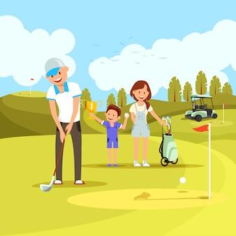 Junge sportliche familie, die golf auf grünem kurs spielt