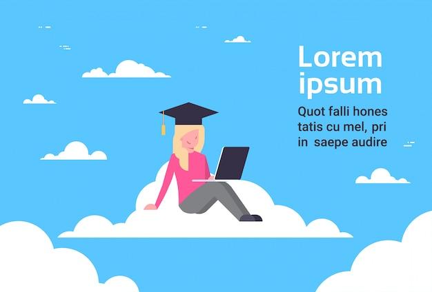 Junge studentin graduate sitting on cloud mit laptop, bildungs-online-technologie-konzept