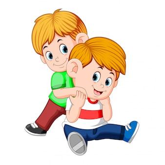Junge und ihr bruder spielen zusammen auf dem rücken