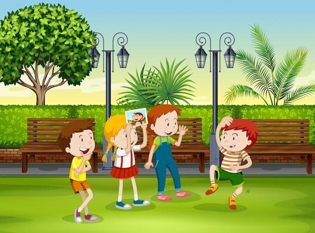 Junge und mädchen, die affen im park spielen