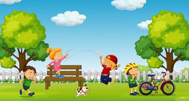 Junge und mädchen, die am park spielen