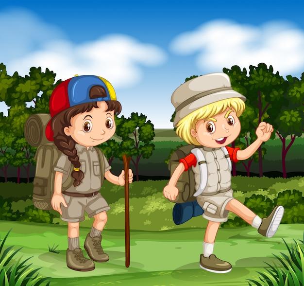 Junge und mädchen, die im park wandern