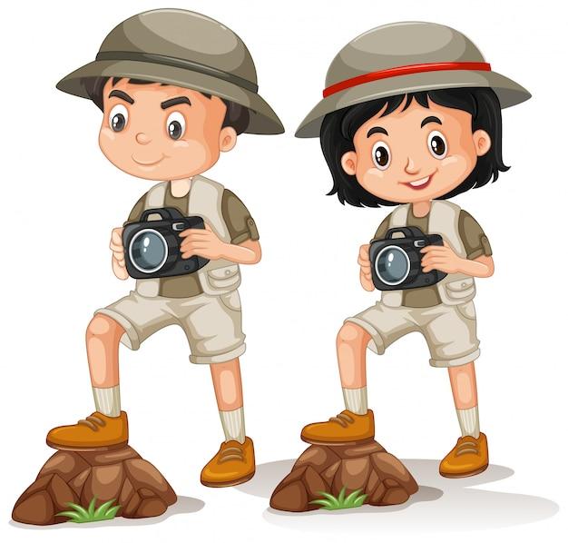 Junge und mädchen im safari-outfit auf weiß
