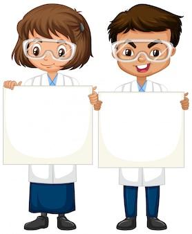 Junge und mädchen im wissenschaftskleid, das auf weiß steht