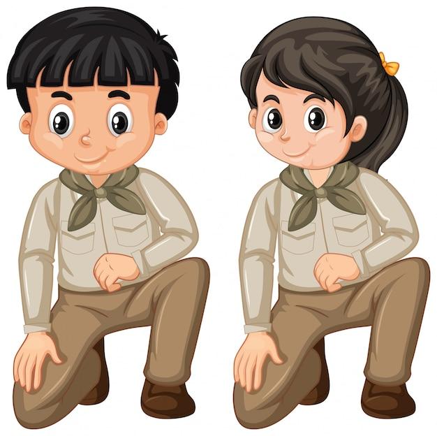 Junge und mädchen in pfadfinderuniform auf weiß