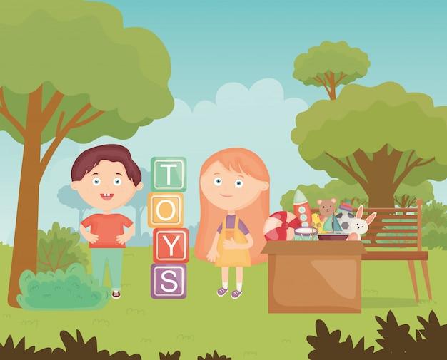 Junge und mädchen mit blöcken und verschiedenen spielwaren im park