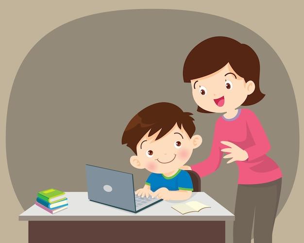 Junge und mutter, die mit laptop sitzen