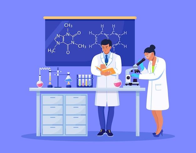 Junge wissenschaftlerin, die in einem labor durch ein mikroskop schaut und chemische forschung, mikrobiologische analyse oder medizinische tests durchführt. mann mit ordner schreibt die ergebnisse auf
