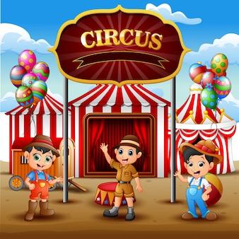 Jungen der karikatur drei, die herein auf der zirkusarena stehen
