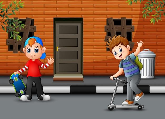 Jungen der karikatur zwei, die vor dem haus spielen