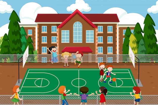 Jungen, die basketballspiel spielen