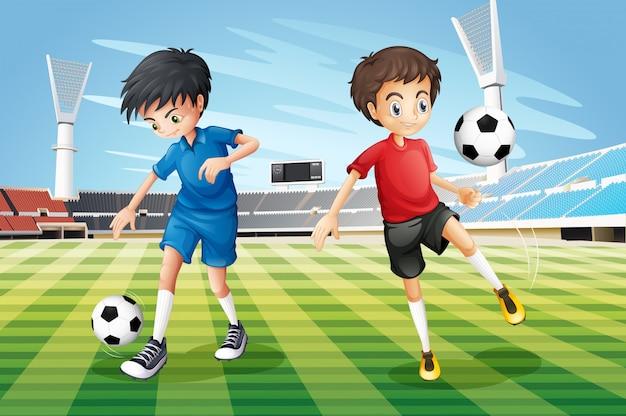 Jungen, die fußball auf dem feld spielen