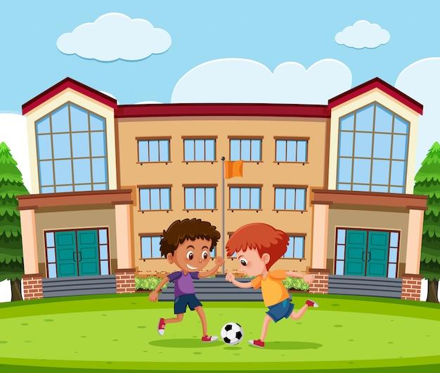 Jungen, die fußball vor schule spielen