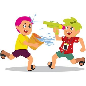 Jungen, die wasser in songkran-festival, thailand spritzen