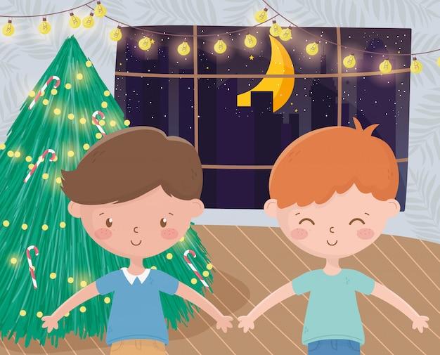 Jungen mit fensterfeier der hellen lichter des baums nachtfrohe weihnachten