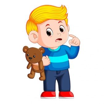 Jungen mit niedlichen braunen teddybären