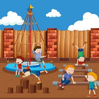 Jungen spielen am spielplatz