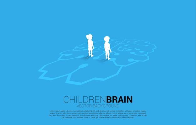 Jungen und mädchen, die auf gehirnikonengraphik auf boden stehen. konzept der bildungslösung und zukunft der kinder.