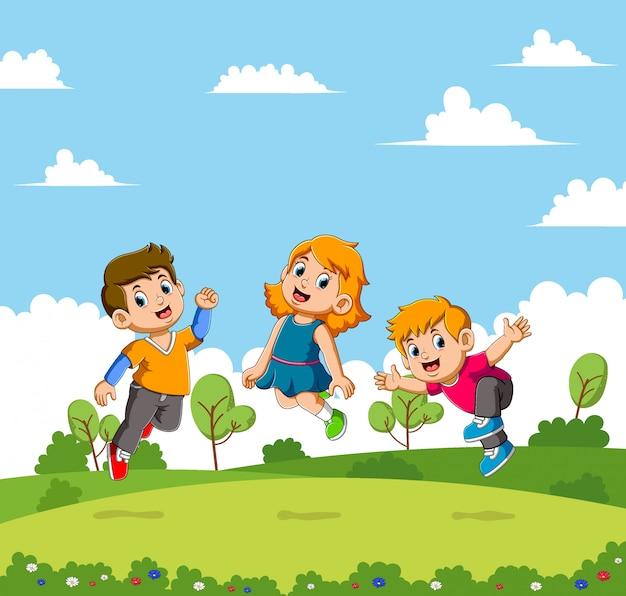 Jungen und mädchen springen in einem schönen garten