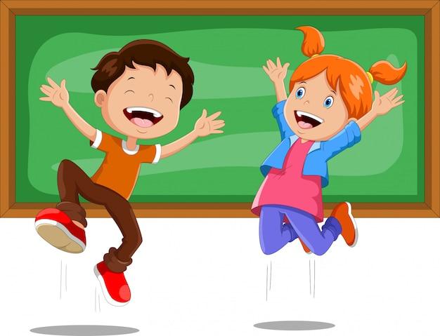Jungen und mädchen springen vor einer tafel