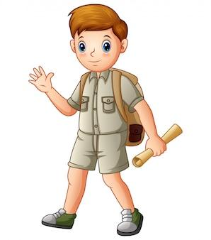 Jungenforscher, der eine karte hält