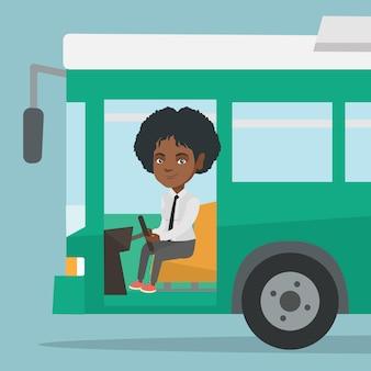Junger afrikanischer bustreiber, der am lenkrad sitzt
