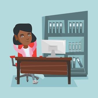Junger afroamerikanerangestellter, der im büro sich entspannt