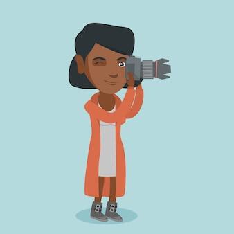 Junger afroamerikanerphotograph, der ein foto macht