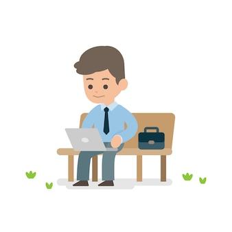 Junger geschäftsmann, der an dem laptop sitzt auf einer parkbank arbeitet