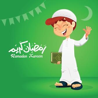 Junger glücklicher muslimischer junge, der koranbuch mit hand oben hält