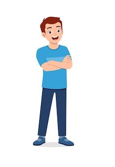 Junger gutaussehender mann, der mit selbstbewusstem arm verschränkte pose macht