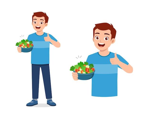 Junger gutaussehender mann essen obst und gemüse