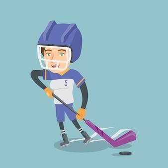 Junger kaukasischer eishockeyspieler mit einem stock.