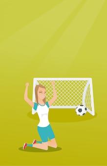 Junger kaukasischer fußballspieler, der ein ziel feiert