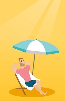 Junger kaukasischer mann, der auf dem strandstuhl sich entspannt.
